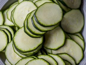In feine Scheiben geschnittene Zucchini