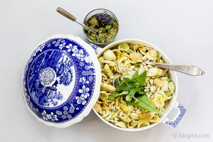 Pasta mit Spargel und Wildkräuter-Pesto