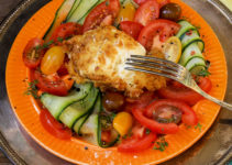 Tomaten-Gurken-Salat mit Büffelmozzarella in Salzbrezelpanade